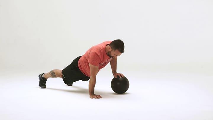 Single Arm Medicine Ball Push-Ups là cách làm cho cơ thể trở nên linh hoạt hơn khi chống đẩy