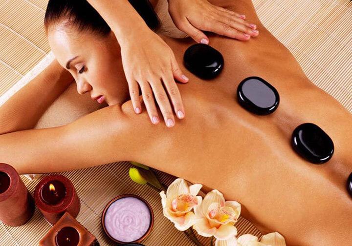 Chườm đá nóng là kiểu massage rất phổ biến hiện nay
