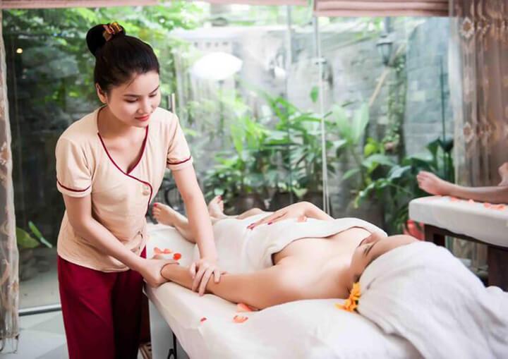 Khi massage hãy luôn để bàn tay tiếp xúc với vùng da của người được mát xa