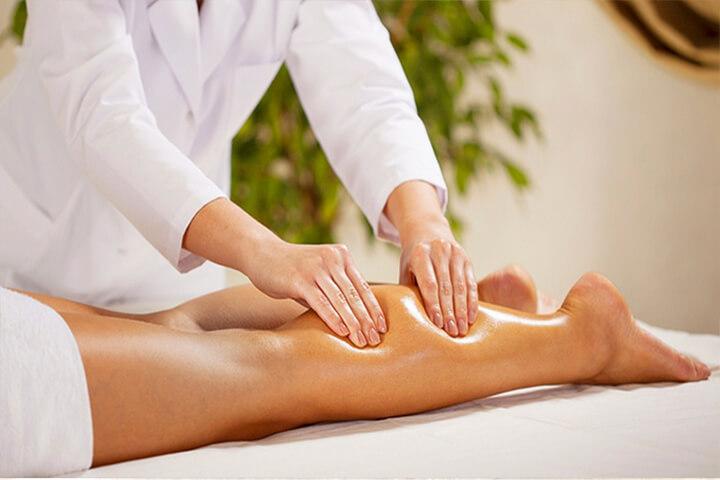 Massage chân giúp máu lưu thông và giảm bọng bắp chân