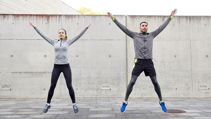 Jumping Jacks là một bài tập gần như cardio giúp bạn đốt calo hiệu quả