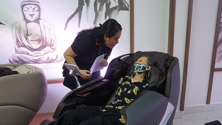 Khách hàng trải nghiệm ghế massage Oreni Quảng Ninh tại cửa hàng