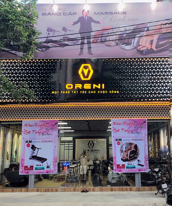 Showroom Oreni Sơn La có diện tích không gian rộng, đa dạng sản phẩm ghế massage, máy chạy bộ...