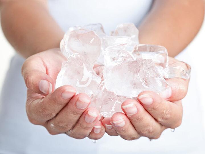 Tắm hay chườm đá giúp thư giãn cơ, giảm đau nhức.
