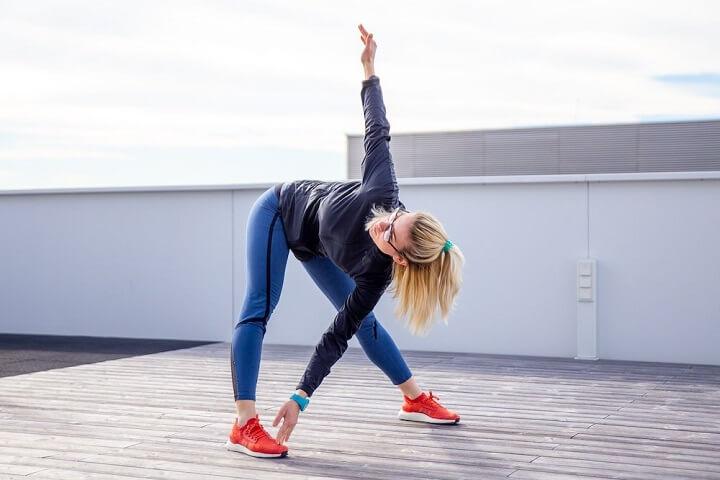 Bạn nên khởi động kỹ trước khi đi bộ để đảm bảo sức khỏe cho bản thân