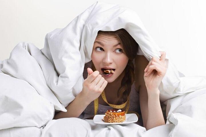 Ăn trước khi ngủ là thói quen xấu không tốt cho sức khỏe của bạn