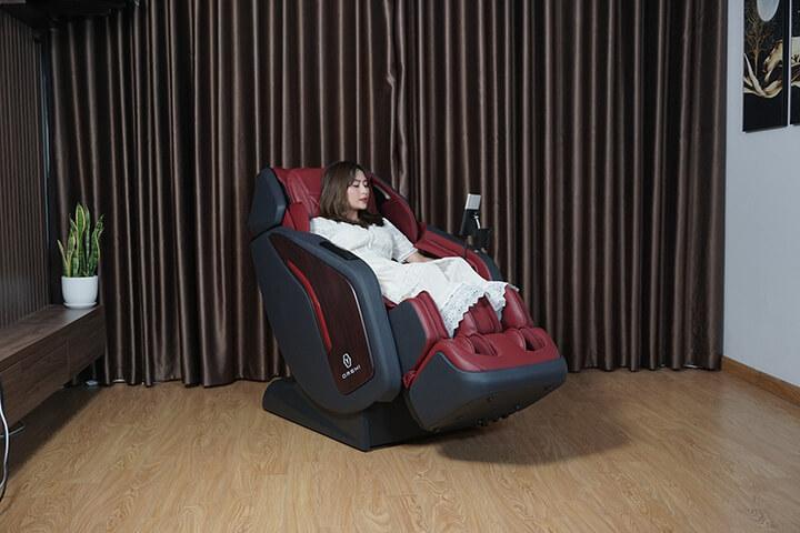 Trải nghiệm ngồi thử ghế mát xa giúp bạn cảm thấy sản phẩm có ưng ý hay không.