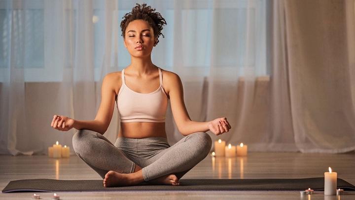 Mở đầu bài tập với tư thế hoa sen giúp bạn tĩnh tâm, thở sâu, xua tan mệt mỏi