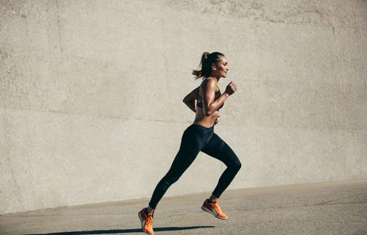 Giữ đúng kỹ thuật tay, chân khi chạy bền giúp giảm lực cản khi chạy