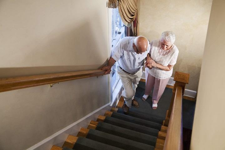 Người già leo cầu thang sẽ giúp hạn chế được bệnh tim mạch và xương khớp