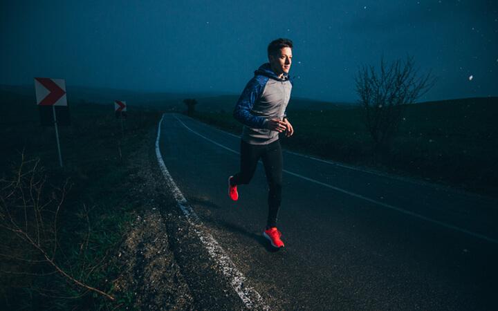 Chạy bộ buổi tối là thói quen rèn luyện sức khỏe của nhiều người