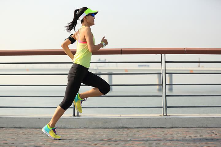 Lựa chọn trang phục phù hợp giúp giảm lực cản của không khí khi chạy bộ.