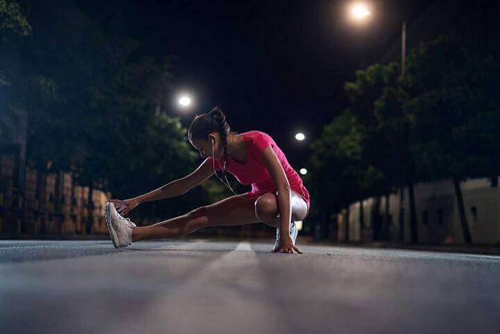 Khởi động nhẹ nhàng trước khi chạy bộ giúp gân cốt giãn nở tốt nhất.
