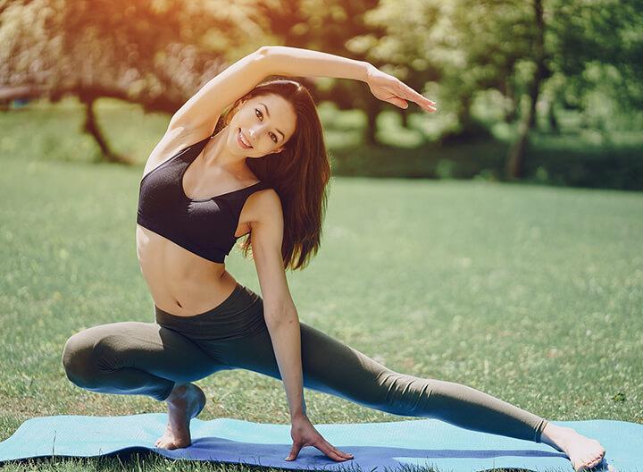 Mặc trang phục thoải mái, gọn gàng tạo lợi thế cho người tập Yoga
