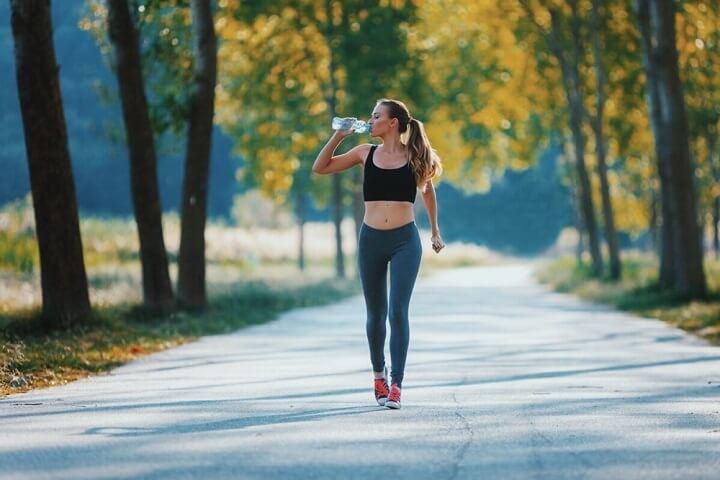 Cần bổ sung nước uống đầy đủ khi đi bộ hoặc chạy bộ