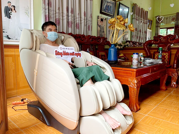 Người cao tuổi ngồi ghế massage 15 phút mỗi ngày sẽ cảm thấy sảng khoái, khoan khoái