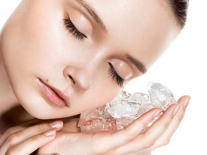 Massage mặt bằng đá lạnh rất đơn giản nhưng dưỡng da rất hiệu nghiệm