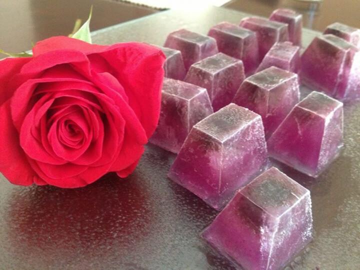 Tạo viên đá nước hoa hồng giúp chăm sóc da mịn màng, căng bóng hơn