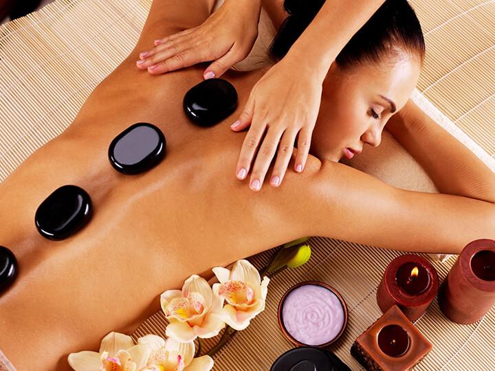 Chườm đá nóng là cách massage đang được nhiều người ưa chuộng