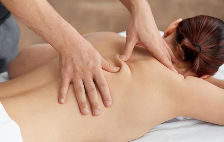 Bấm huyệt là phương pháp massage rất thịnh hành ngày nay