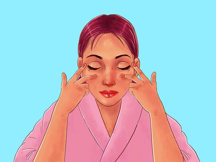 Sử dụng ngón tay nhẹ nhàng massage quanh mắt giúp giảm bọng mắt rất tốt
