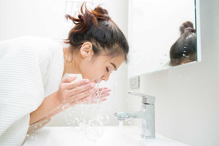 Bạn nên rửa sạch mặt trước khi massage với nước ấm và sữa rửa mặt.