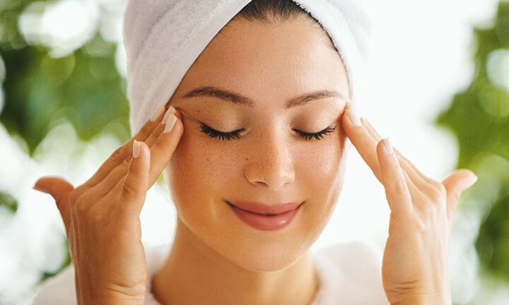 Massage da mặt ở những vùng trên khuôn mặt một cách nhẹ nhàng.