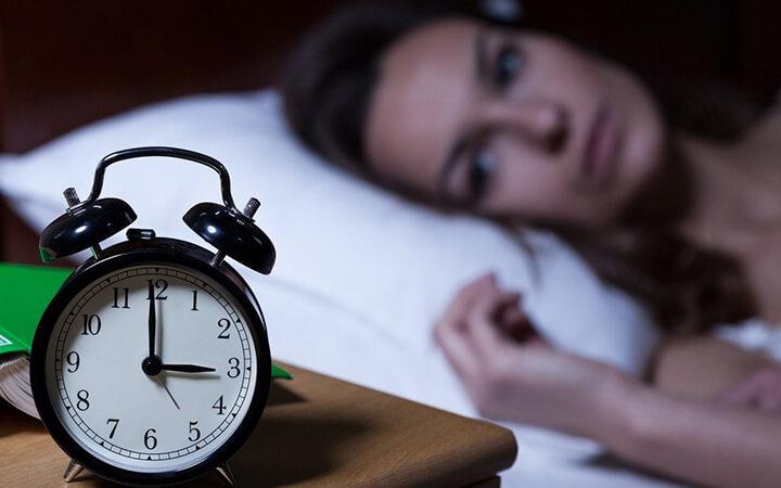 Mất ngủ là tình trạng không thể ngủ ban đêm nhiều người mắc phải