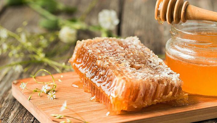 Vị ngọt, tính ấm của mật ong giúp thư giãn tâm trí để bạn ngủ ngon