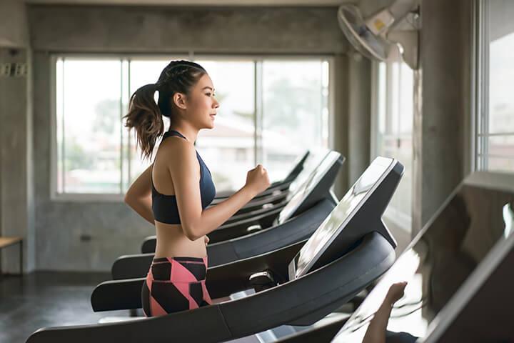 Bạn có thể thoải máy tập luyện tại nhà với máy chạy bộ mà không lo trời mưa hay thời tiết xấu