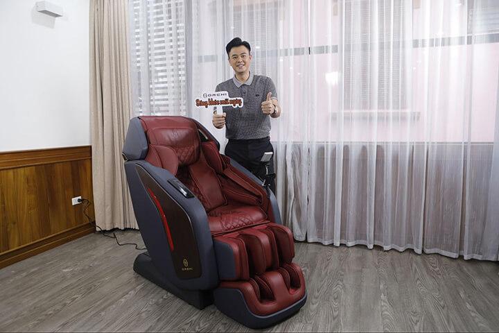MC Tuấn Tú yêu thích chiếc ghế massage OR-500 của Oreni Việt Nam