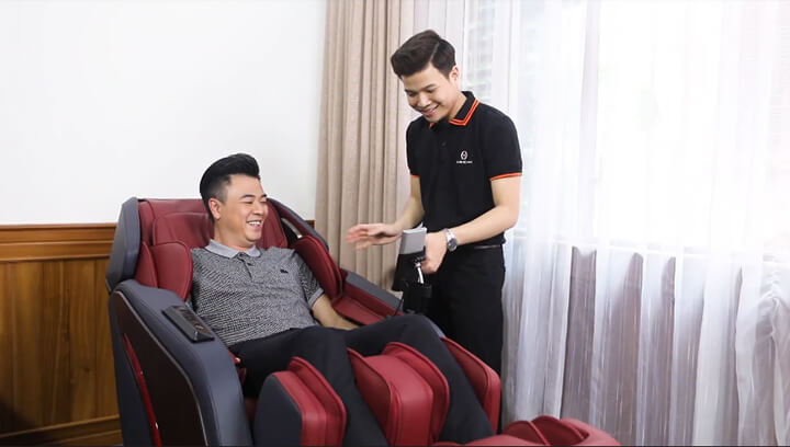 Một số hình ảnh trải nghiệm ngồi ghế massage OR-500 của MC Tuấn Tú tại chính ngôi nhà của nam MC