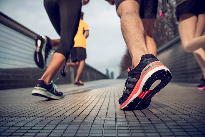 Cần chọn giày vừa kích cỡ chân, tạo cảm giác êm chắc khi chạy.