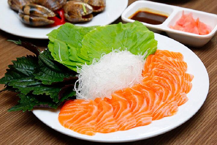 Nên ăn gì sau khi tập Gym - Cá hồi và rau xanh