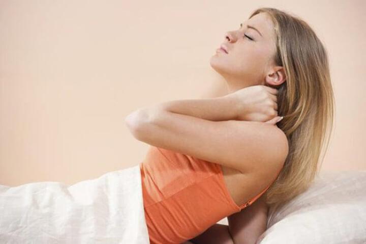 Ngủ không đúng tư thế cũng khiến vai gáy bị đau nhức