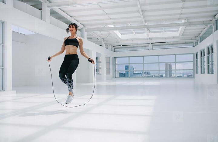 Nhảy dây là bài tập thể dục giúp đốt cháy calo rất tốt.