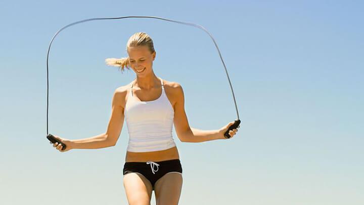 Nhảy sang 1 bên là bài tập nhảy dây giảm mỡ bụng thích hợp cho cả nam và nữ