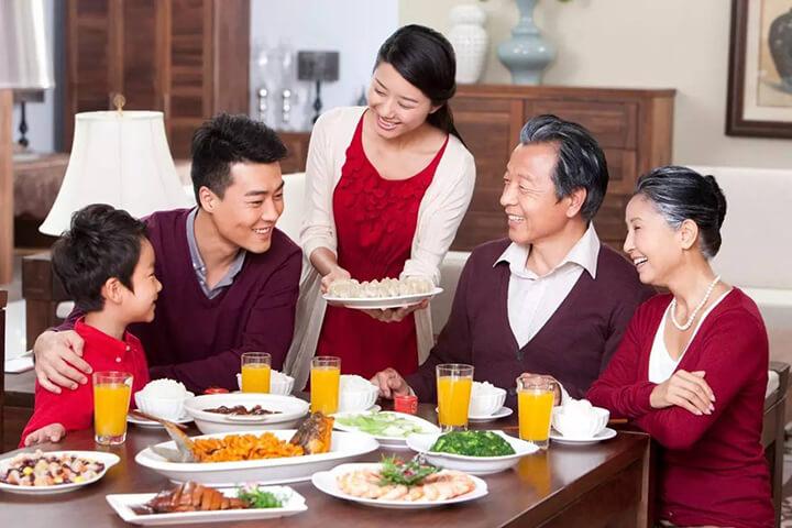 Chuẩn bị bữa cơm gia đình sẽ khiến mẹ rất vui trong ngày 8/3