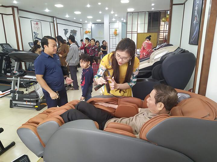 Khách hàng trải nghiệm ghế massage Oreni tại cửa hàng