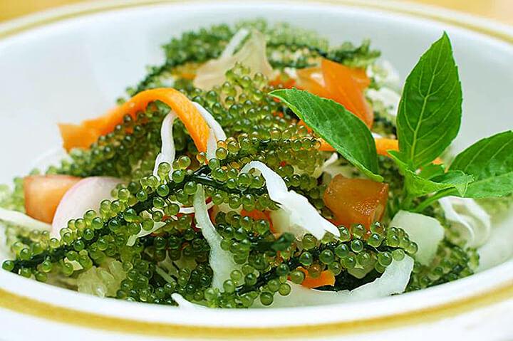 Salad rong nho là món ăn lạ miệng và có nhiều lợi ích cho sức khỏe