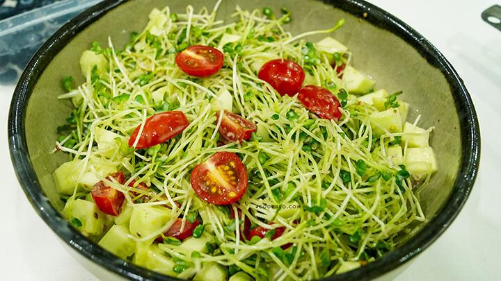 Nếu bạn chưa biết cách làm salad ăn kiêng thì có thể thử với món salad giảm cân rau mầm trộn cà chua bi