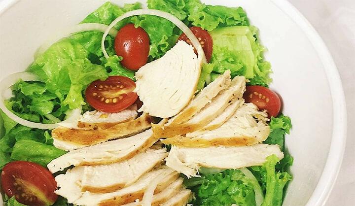 Món salad gà và sữa chua được nhiều người yêu thích, nhất là dân tập gym