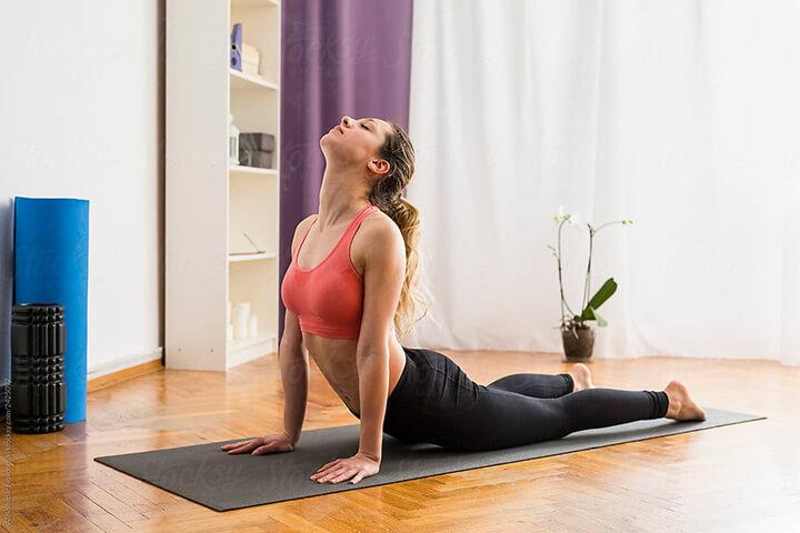 Tư thế rắn hổ mang - Bài tập Yoga giúp giảm mỡ bụng cho phụ nữ sau sinh