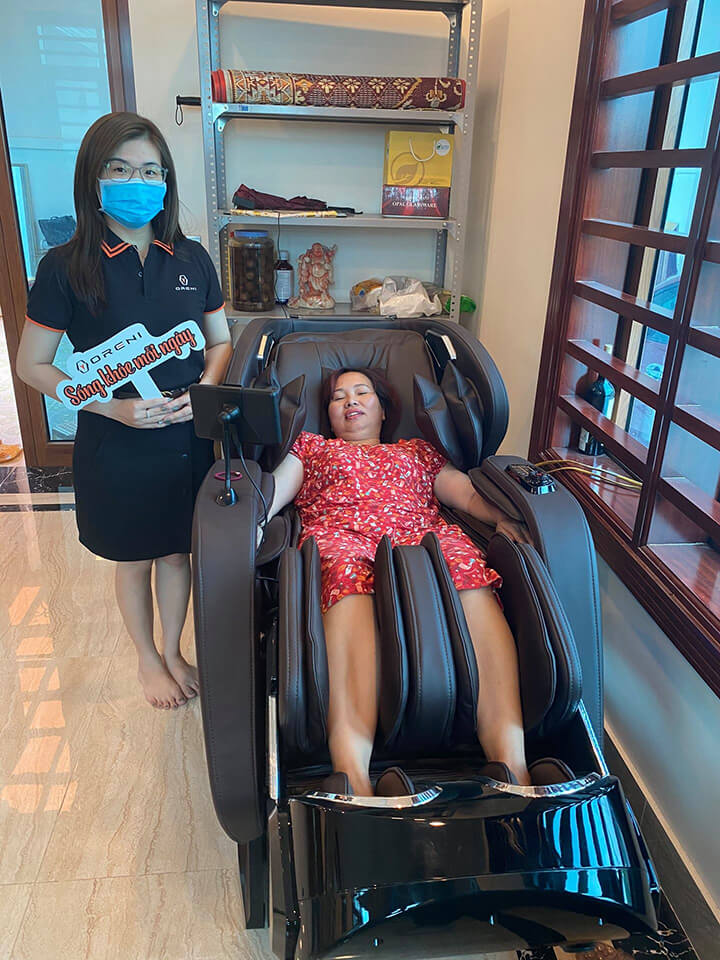 Ngồi ghế massage tận hưởng thư giãn ngay tại nhà