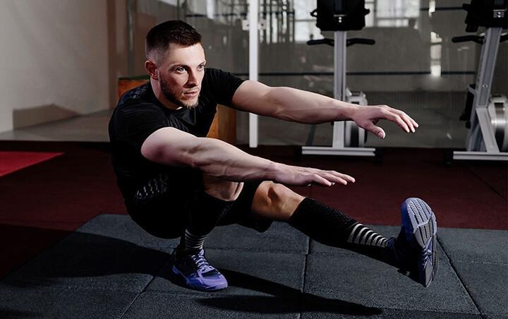 Động tác Squat bằng 1 chân tương đối khó, cần bạn giữ thăng bằng tốt