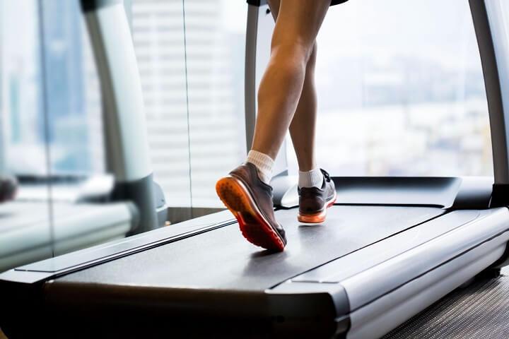 tập chạy bộ trên máy chạy bộ giúp tăng cường cơ bắp săn chắc
