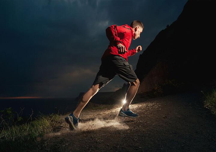 Chạy bộ buổi tối mang lại nhiều lợi ích thiết thực cho sức khỏe của bạn.
