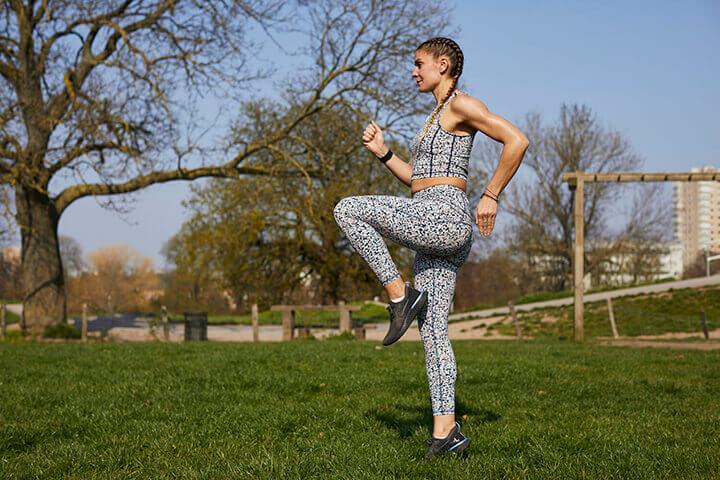 Để giảm cân an toàn và hiệu quả bạn hãy thử chạy bộ tại chỗ hàng ngày.