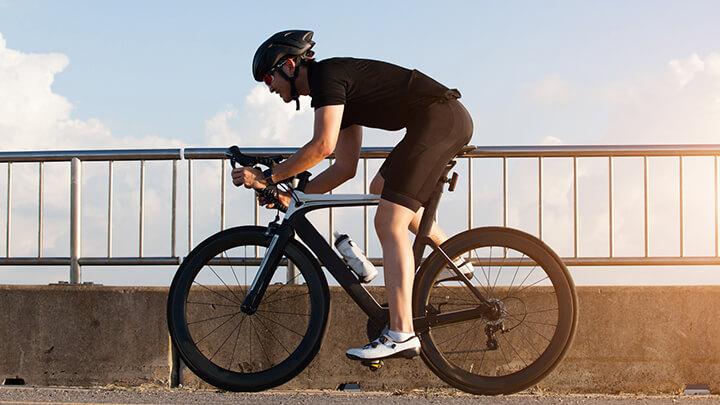 Đạp xe giúp tăng cường sức mạnh cơ bắp chân, đùi.