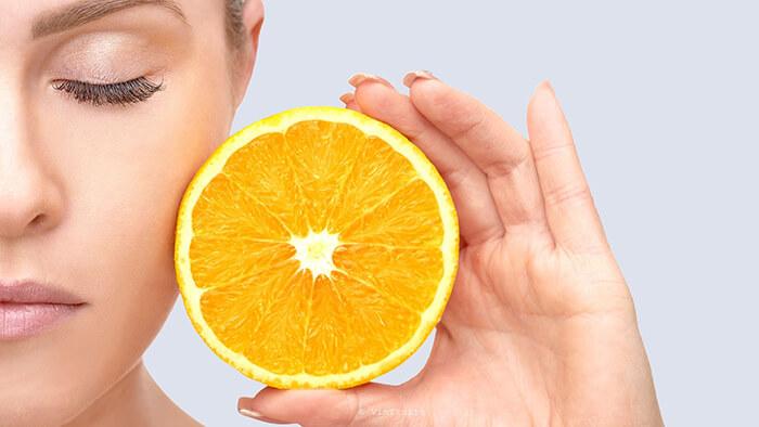 Sử dụng mặt nạ từ vỏ cam sẽ giúp làn da chị em trắng sáng hơn mỗi ngày